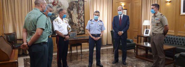 Ufficiale dell'Esercito italiano premiato dal ministro della Difesa spagnolo Margarita Robles