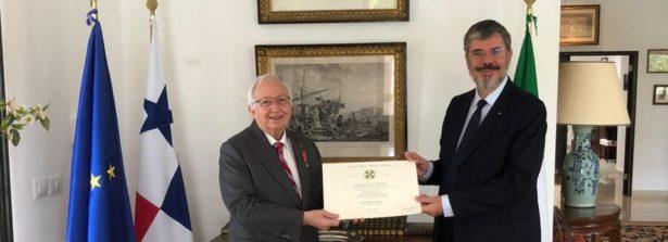 Ambasciata d'Italia a Panama, conferite le onorificenze di Cavaliere dell'Ordine della Stella d'Italia al professor Mauro Destro e all'artista Aristides Ureña Ramos