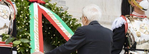 Il Presidente Mattarella rende omaggio all'Altare della Patria