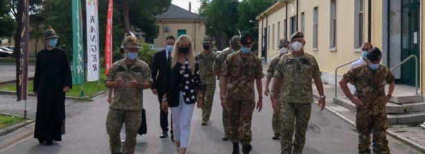 """Il sottosegretario Stefania Pucciarelli in visita al 4° Reggimento Alpini Paracadutisti: """"Reparto di eccellenza del comparto Forze Speciali"""""""